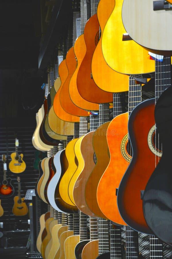 Färgrika gitarrer i shoppar fotografering för bildbyråer