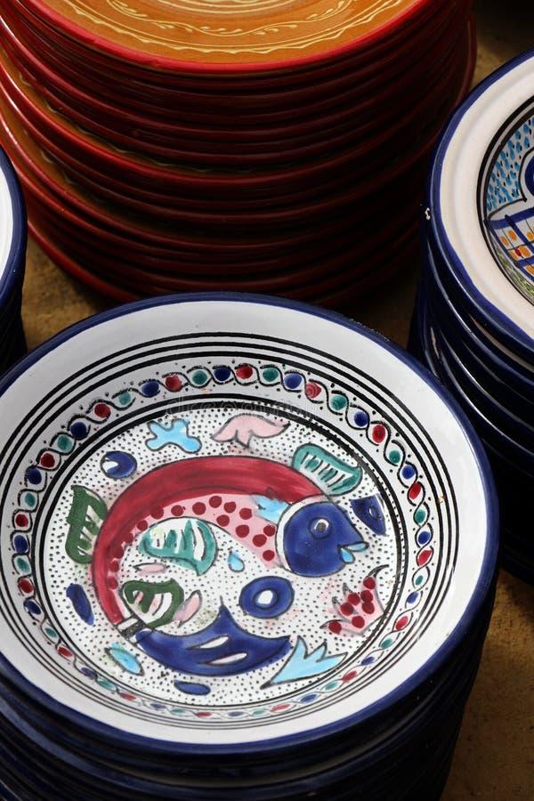 Färgrika glasade leraplattor, design av fisken royaltyfri foto