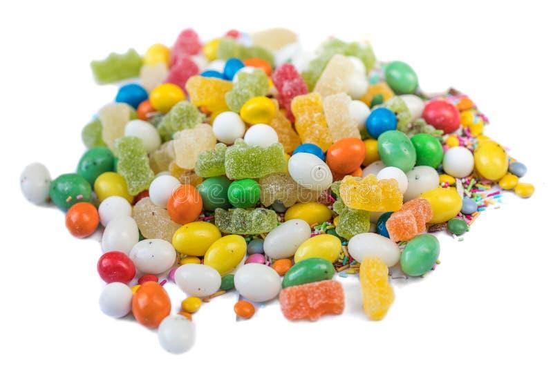 Färgrika godisar, gelé och marmelad som isoleras på den vita backgroen arkivbilder