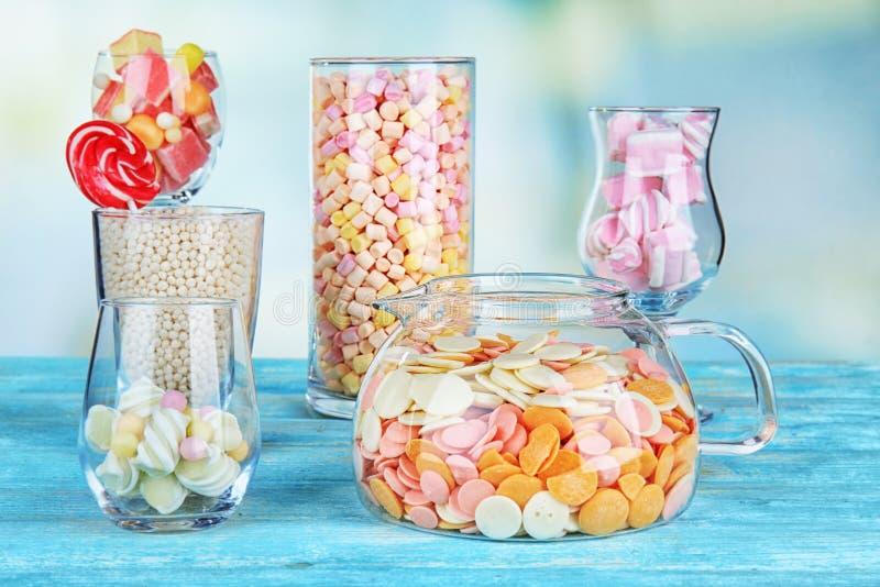 Färgrika godisar i glasföremål royaltyfria foton