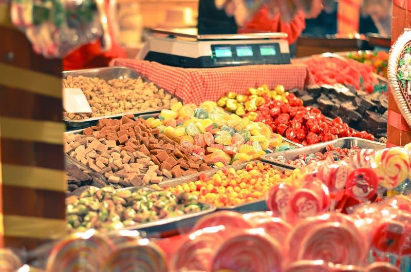 Färgrika godisar och geléer som bakgrund arkivbild