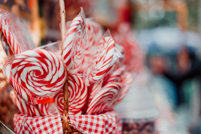 Färgrika godisar på marknaden arkivbild