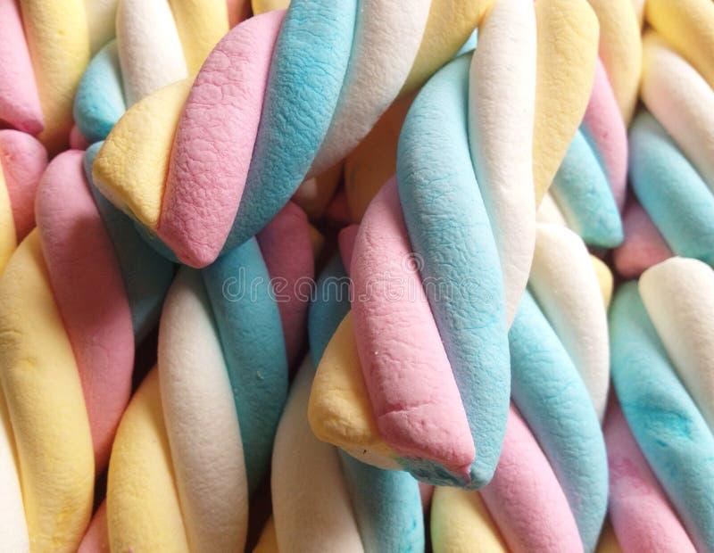 Färgrika godisar på marknaden arkivbilder