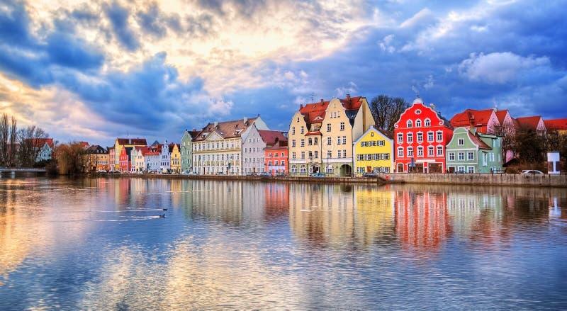 Färgrika gotiska hus som reflekterar i den Isar floden på solnedgång, länder royaltyfri foto