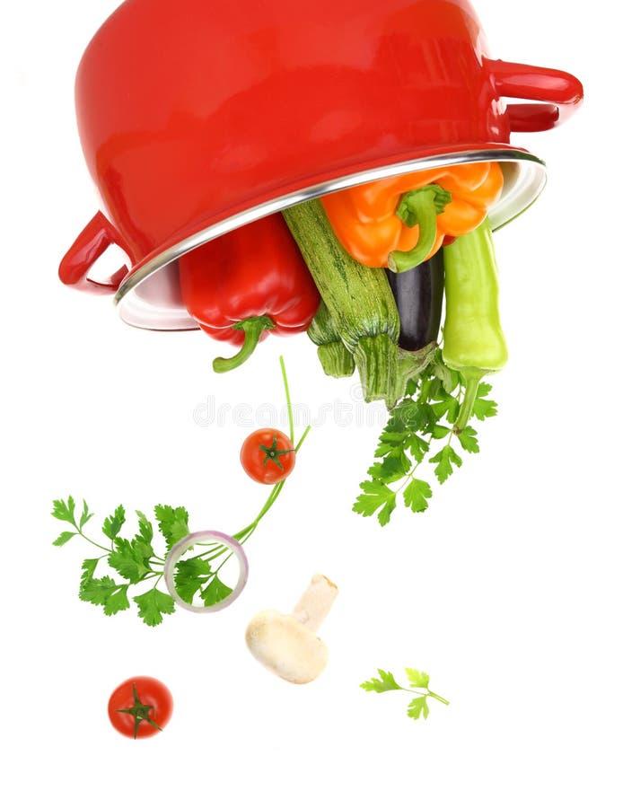 Färgrika grönsaker i en röd matlagningkruka arkivbild