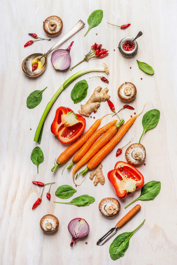 Färgrika grönsakingredienser för sund matlagning Komponera på vit träbakgrund Strikt vegetariannäring och bantar matbegrepp arkivfoto