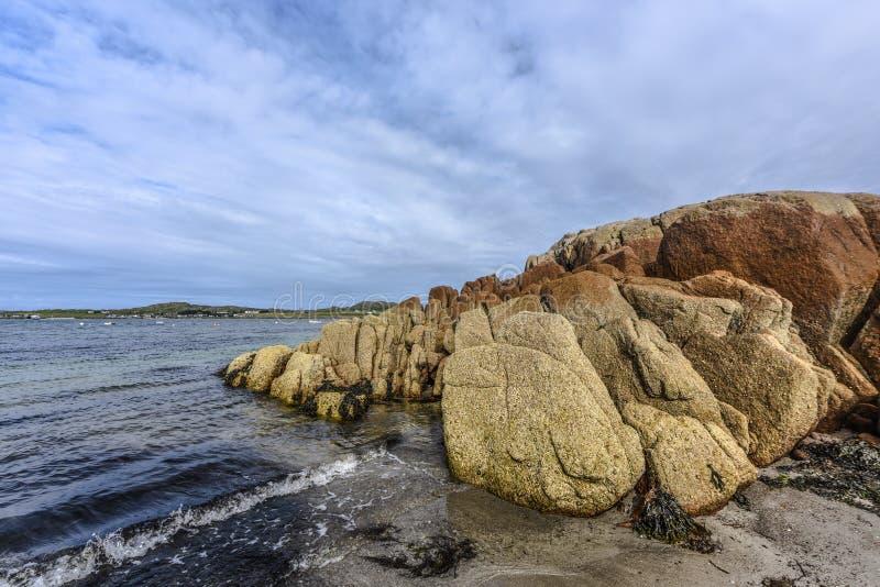 Färgrika granitstenblock på kusten av scottischen Fionnphort, ö av Mull, Skottland royaltyfri fotografi