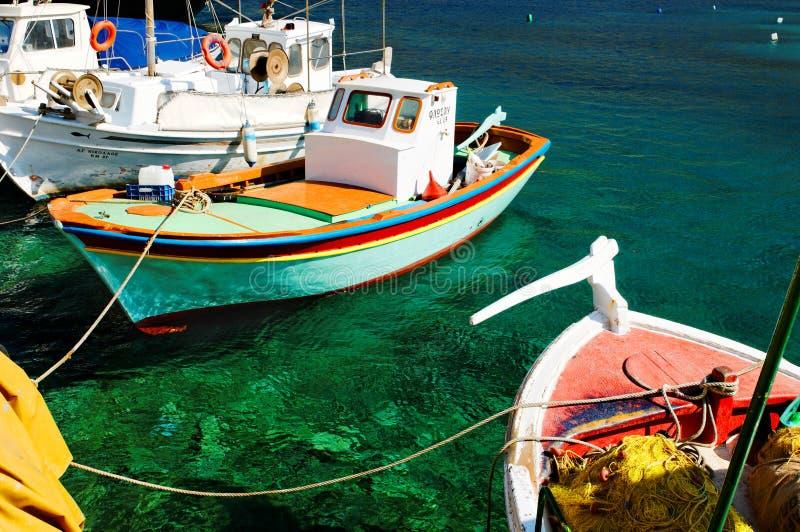 Färgrika grekiska fiskebåtar fotografering för bildbyråer