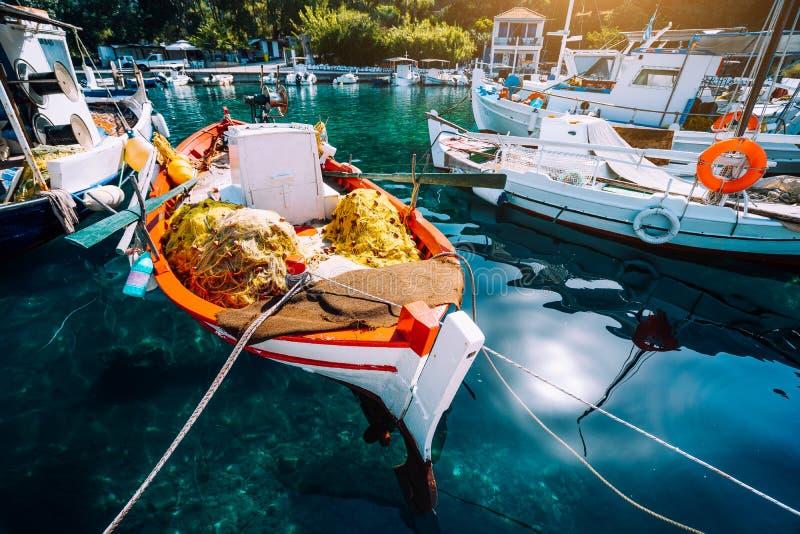 Färgrika grekiska fiskebåtar i liten porthamn av Kioni på den Ithaka ön, Grekland royaltyfria bilder