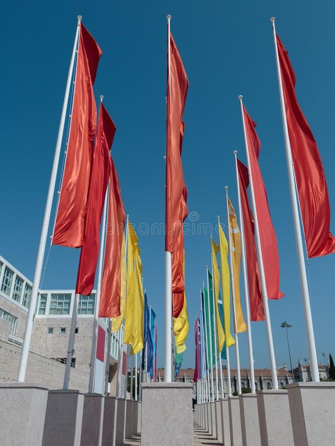 Färgrika grupper av flaggor mot blå himmel royaltyfri foto