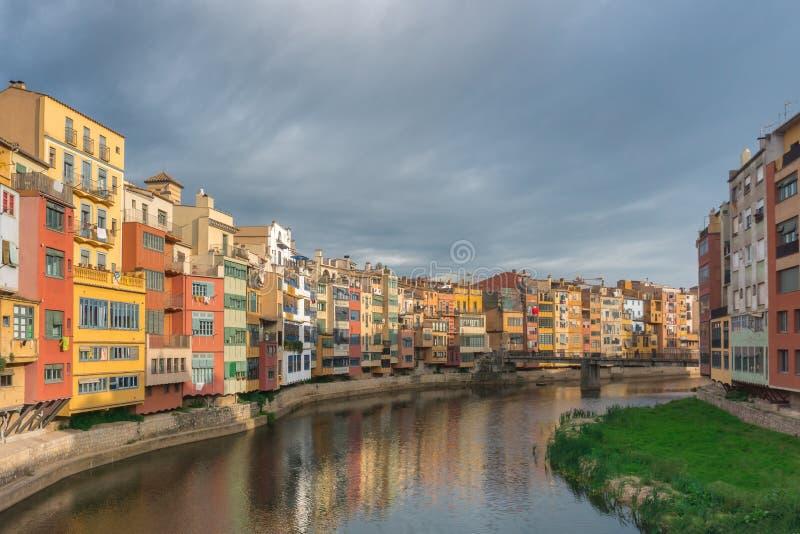 F?rgrika gula och orange hus reflekterade i vatten i floden Onyar catalonia girona spain arkivbild