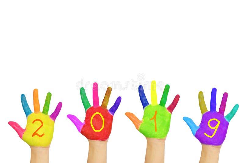 Färgrika händer för ungar som bildar numret 2019 Semestrar begrepp royaltyfri foto