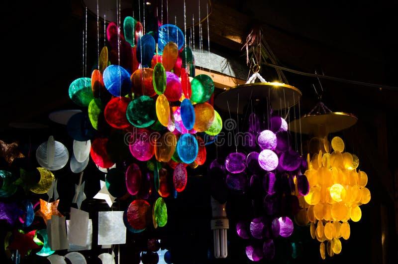 Färgrika hängande vindchimes royaltyfria foton