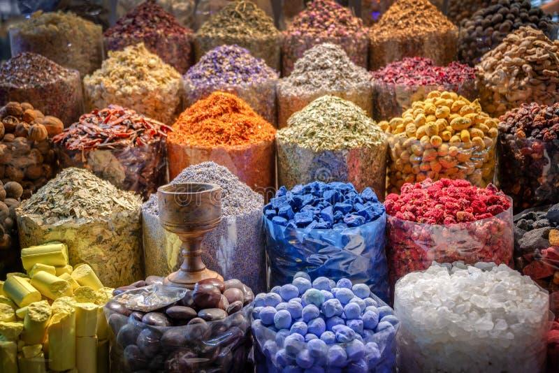Färgrika högar av kryddor i Dubai souks, UAE arkivbilder