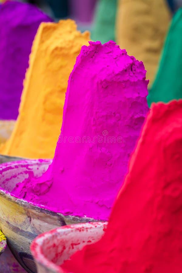 Färgrika högar av pudrade färger som används för den Holi festivalen arkivbilder