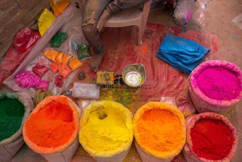 Färgrika högar av pudrade färger som används för den Holi festivalen i Indien royaltyfri fotografi