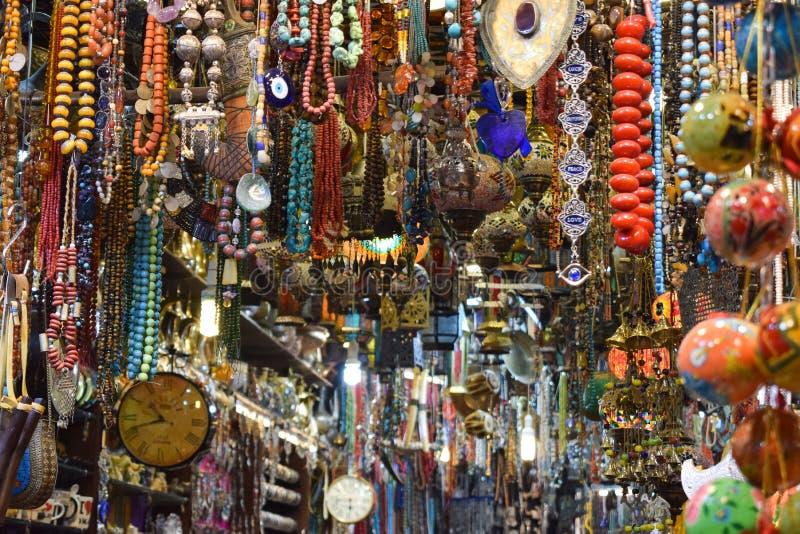 Färgrika halsband och smycken i en marknad royaltyfri bild
