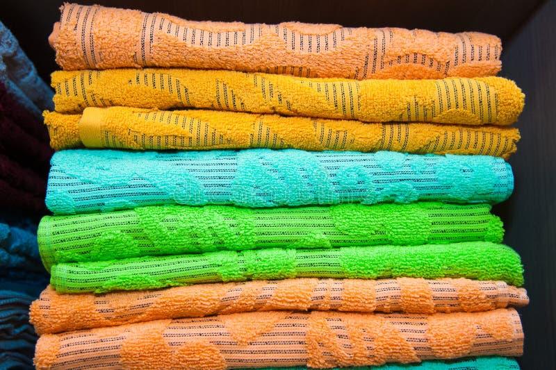 Färgrika handdukar i lagret royaltyfri bild