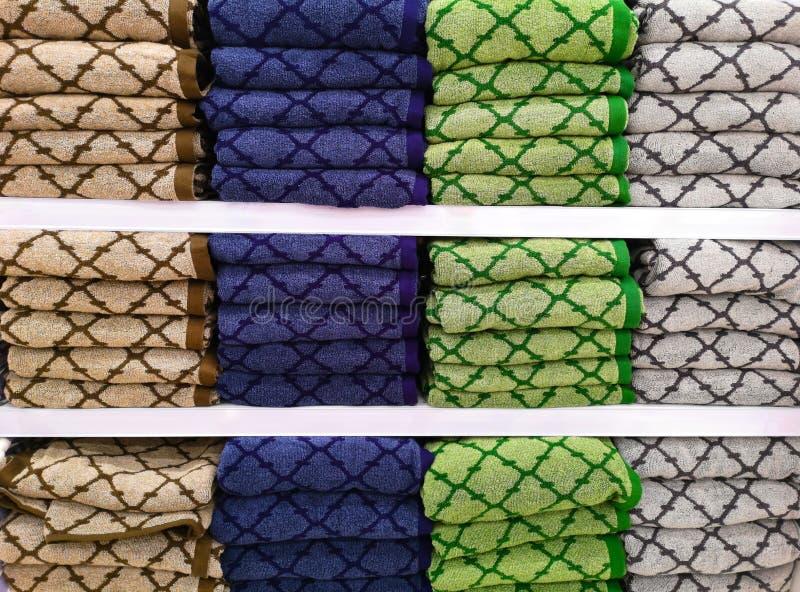F?rgrika handdukar p? hyllorna i supermarket royaltyfri fotografi