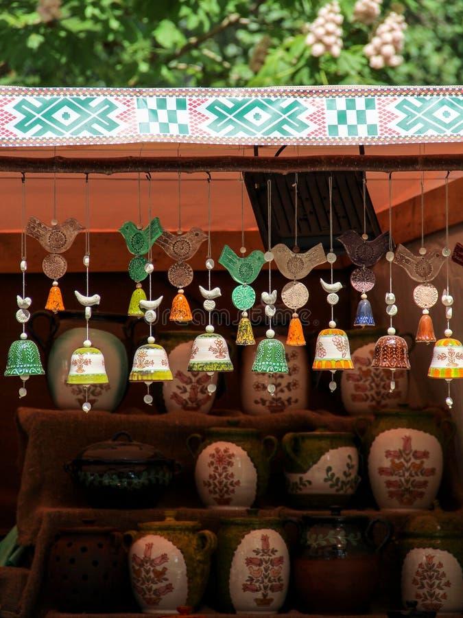 Färgrika handgjorda keramiska klockor fotografering för bildbyråer
