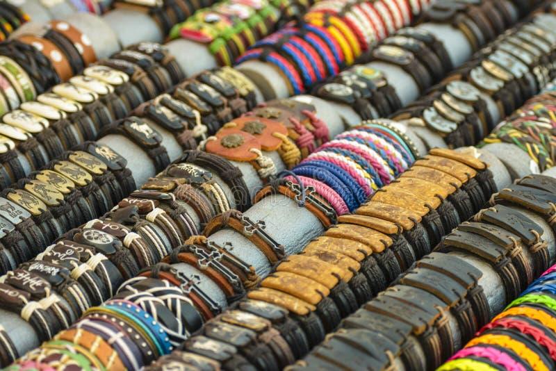 Färgrika handgjorda läderarmband arkivbild