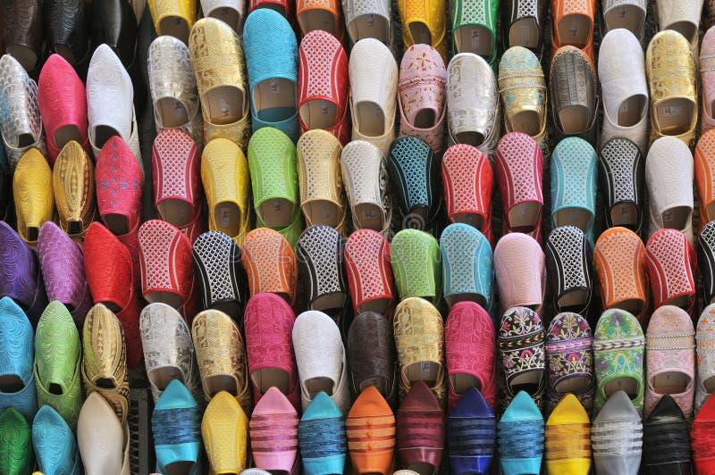 Färgrika handgjorda läderhäftklammermatarebabouches arkivbilder