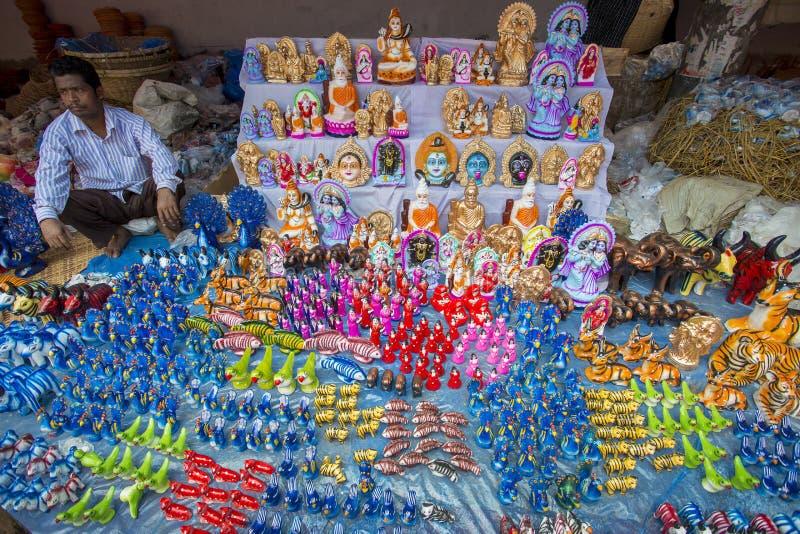 Färgrika handgjorda leksaker som kallas lokalt Khelna, i en Bangla Pohela Baishakh mässa royaltyfri fotografi