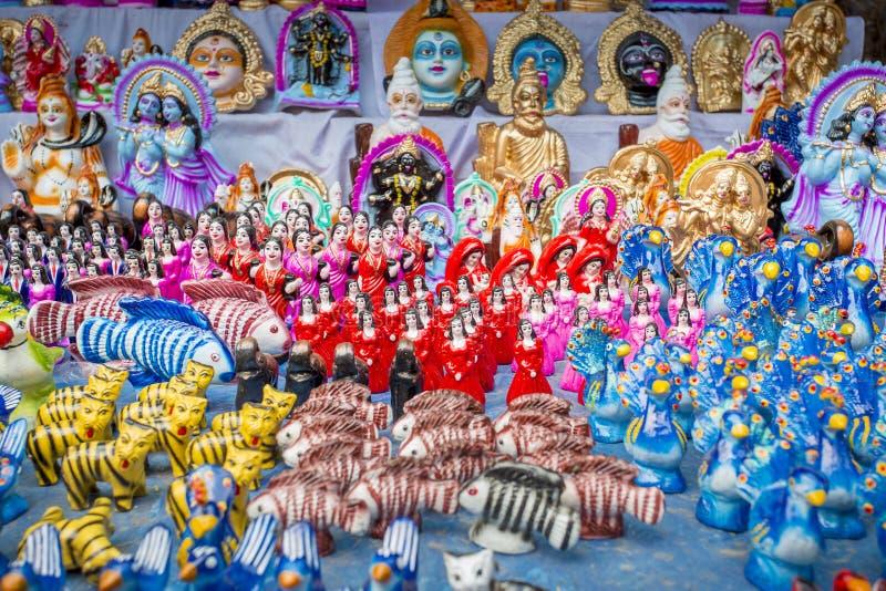 Färgrika handgjorda leksaker som kallas lokalt Khelna, i en Bangla Pohela Baishakh mässa arkivbild