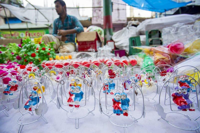 Färgrika handgjorda leksaker som kallas lokalt Khelna, i en Bangla Pohela Baishakh mässa arkivfoton