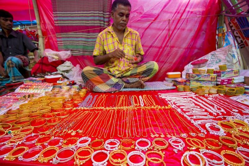 Färgrika handgjorda prydnader, i en Bangla Pohela Baishakh mässa royaltyfria foton