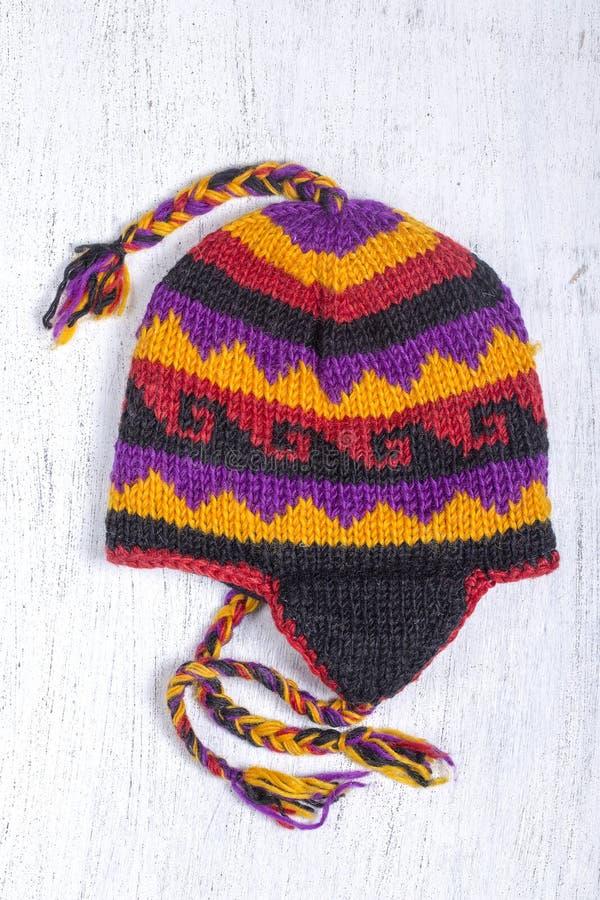 Färgrika handgjorda stack hattar på den nepalesiska marknaden royaltyfria bilder