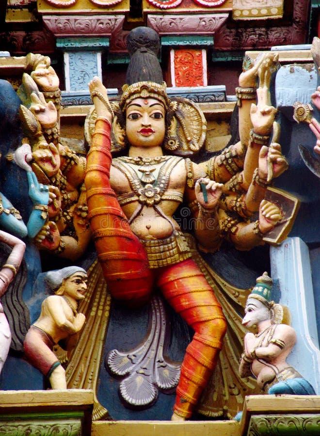 Färgrika hinduiska statyer på tempelväggar arkivfoton
