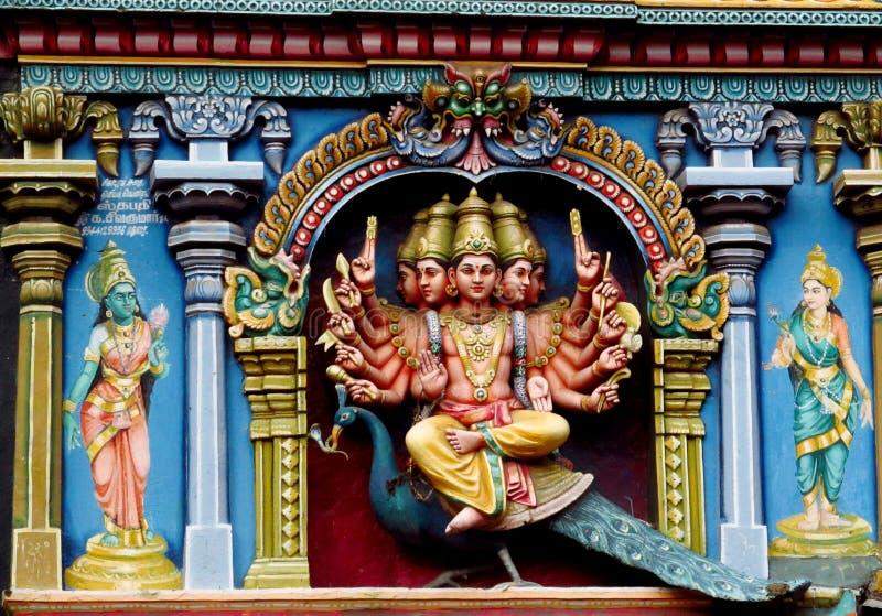 Färgrika hinduiska statyer på tempelväggar royaltyfria bilder