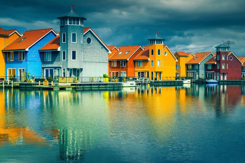 Färgrika holländska trähus på vatten, Groningen, Nederländerna, Europa arkivfoton