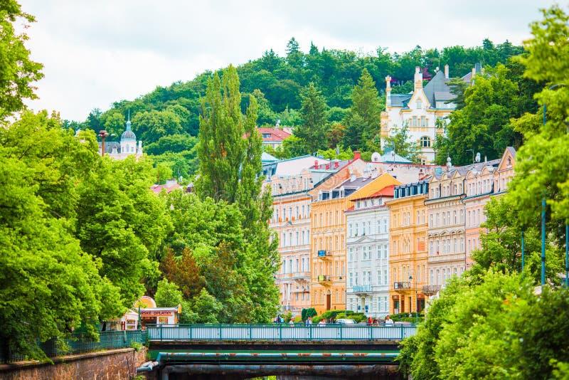 Färgrika hotell och traditionella byggnader på solig stad av Karlovy varierar Den mest besökte brunnsortstaden i Tjeckien fotografering för bildbyråer