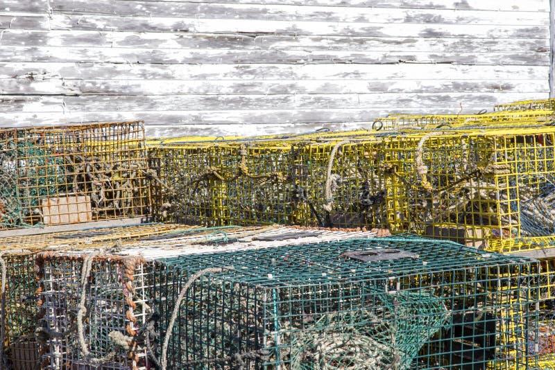 Färgrika hummerfällor bredvid lantligt skjul royaltyfri fotografi