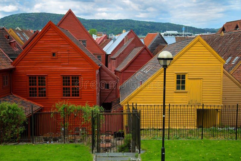 Färgrika hus av Bryggen i Bergen Norway royaltyfri bild