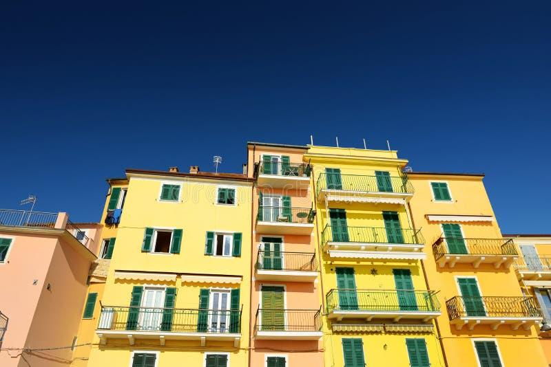 Färgrika hus av den San Terenzo staden som lokaliseras i landskapet av La Spezia i Liguria, del av italienaren Riviera arkivfoton