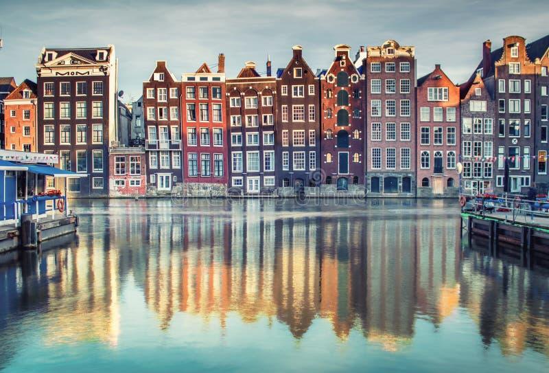 Färgrika hus i Amsterdam, Nederländerna på solnedgången royaltyfri bild