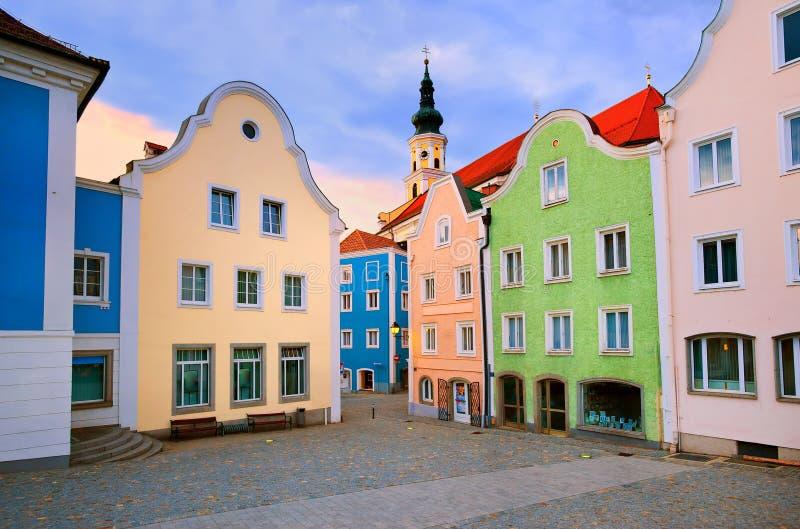 Färgrika hus i centret av Schardung, Österrike arkivbild