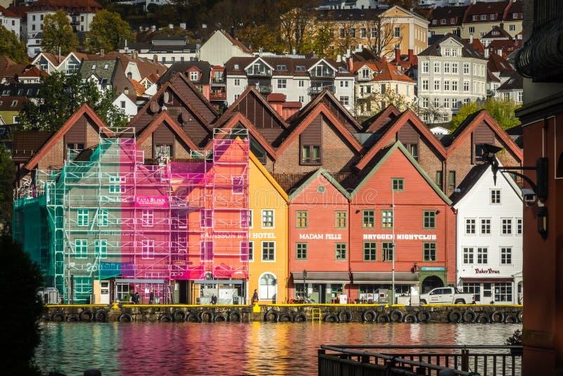 Färgrika hus i den historiska Bryggenen i Bergen royaltyfria foton