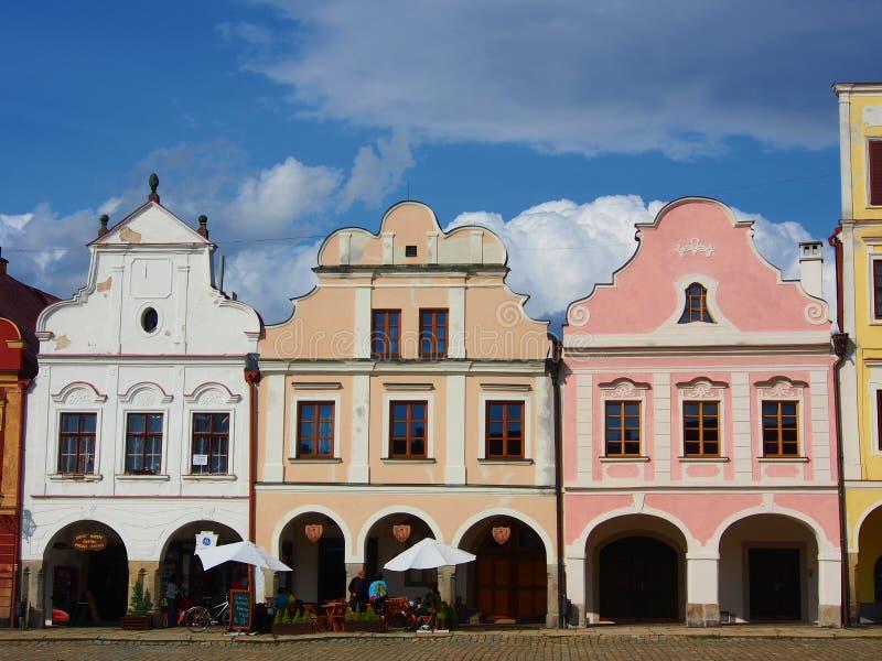 Färgrika hus i den historiska fyrkanten i Telc royaltyfria foton