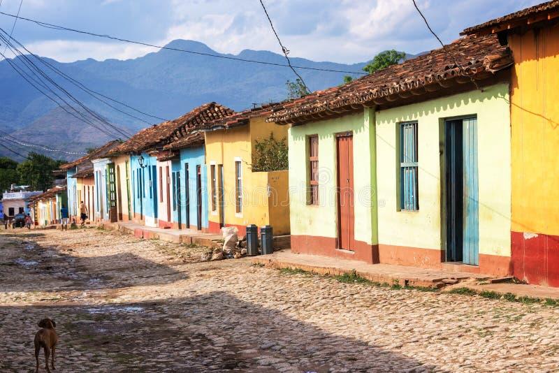 Färgrika hus i en stenlagd gata av Trinidad arkivbilder