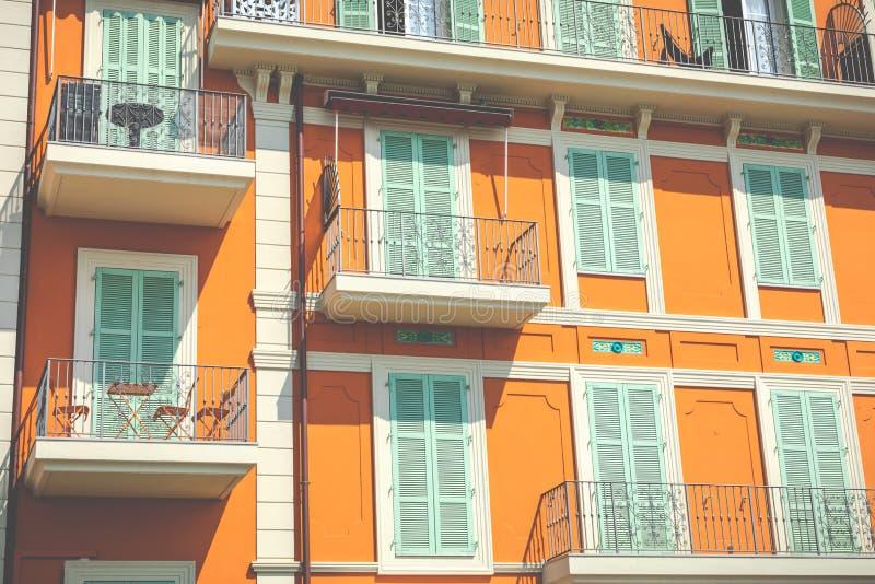 Färgrika hus i gammal stadarkitektur av Menton på franska Riviera Provence-Alpes-skjul D ` Azur, Frankrike arkivbild
