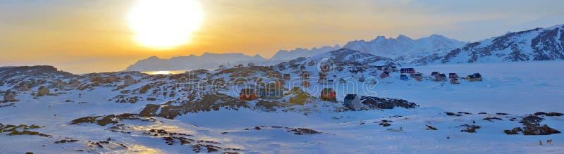 Färgrika hus i Kulusuk, Grönland arkivbild
