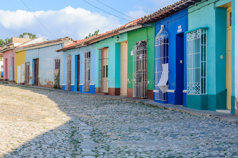 Färgrika hus i Trinidad, Kuba royaltyfri bild