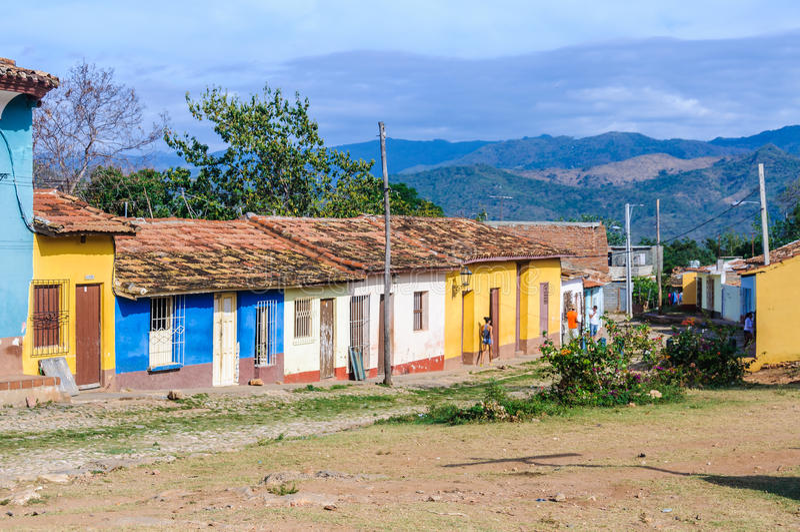 Färgrika hus i Trinidad, Kuba royaltyfri foto