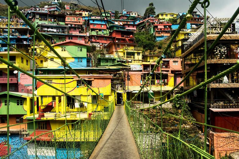 Färgrika hus med bron som leder till husen arkivfoto