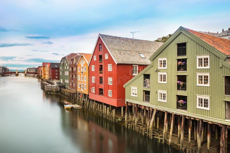 Färgrika hus och den Nidelva floden, Trondheim, Norge royaltyfria bilder