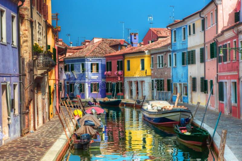 Färgrika hus och kanal på den Burano ön, nära Venedig, Italien. royaltyfri fotografi
